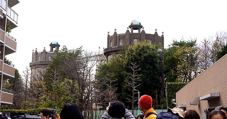 駒沢給水塔は2012年、土木学会の選奨土木遺産に認定された。高さ約30m、直径約15mの2基の塔がトラス橋でつながっている。災害時などの緊急用として、給水塔には今も一定量の水を貯めている。
