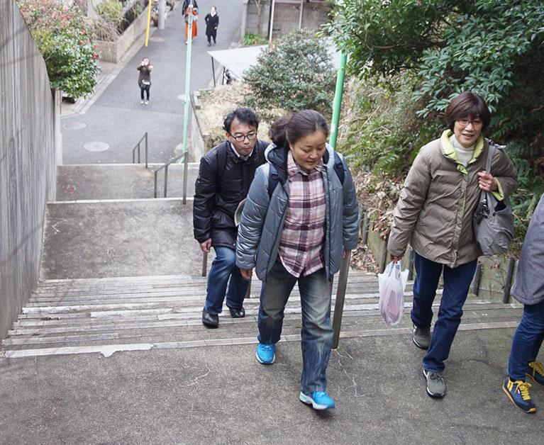 舌状台地の上にある岡本公園を目指し、谷戸川の谷からせっせと階段を上る。スリバチ学会は、みなさん健脚ぞろい。