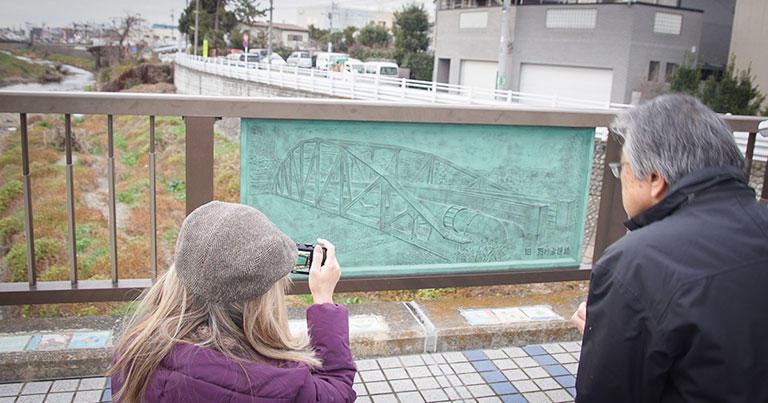 現在の野川水道橋の欄干には、水道管が通っていた頃の橋のレリーフが掲げられていた。