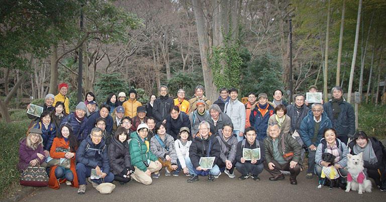 「はい、スリバチ?!」でニッコリ集合写真。旧渋谷町水道みちは、起点から終点まで気軽に歩ける距離でした。わんこ連れで参加された方も。(このまち歩きツアーは2020年1月25日に開催されました)
