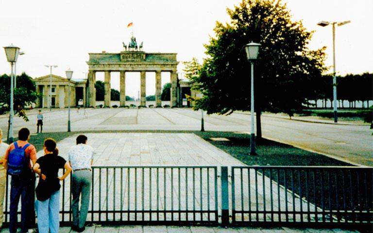 1989年7月のブランデンブルク門。ベルリンのシンボルともいえる門だが、東西ベルリンの境界線が門のすぐ西側にあったため、通行が再びできるようになったのは、壁崩壊後のことになった。