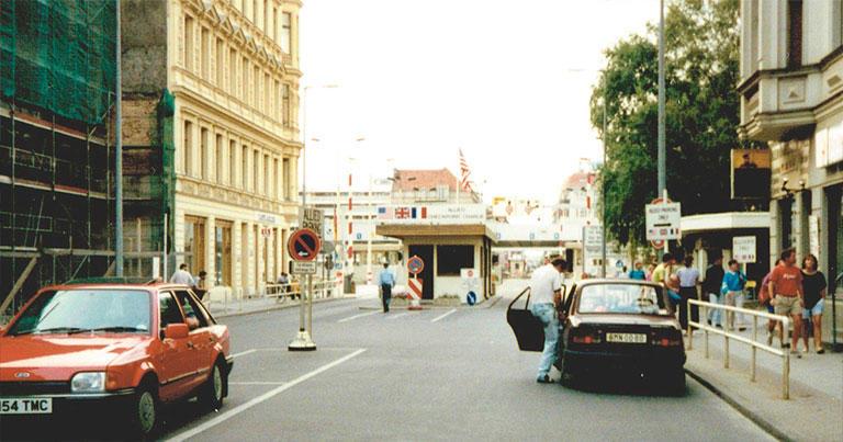 1989年7月、西ベルリンから東ベルリンへの国境検問所。国旗から、西ベルリンがまだ米英仏の共同管理下だったことがわかる。