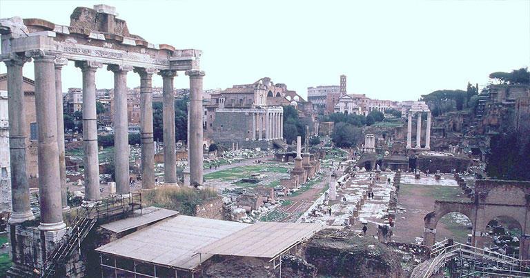 ローマにある古代ローマの遺跡「フォロ・ロマーノ」。私が訪れたのは12月で、空はどんよりと曇っていた。ゲーテが訪れたのも冬。きっとこんな天気だったのかもしれない。