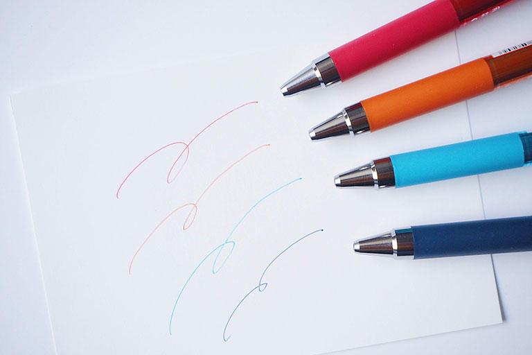 クリップと先端に金属が採用されています。そのおかげでこのペンはビジネスシーンにもよく合う高級感を身にまとっています。