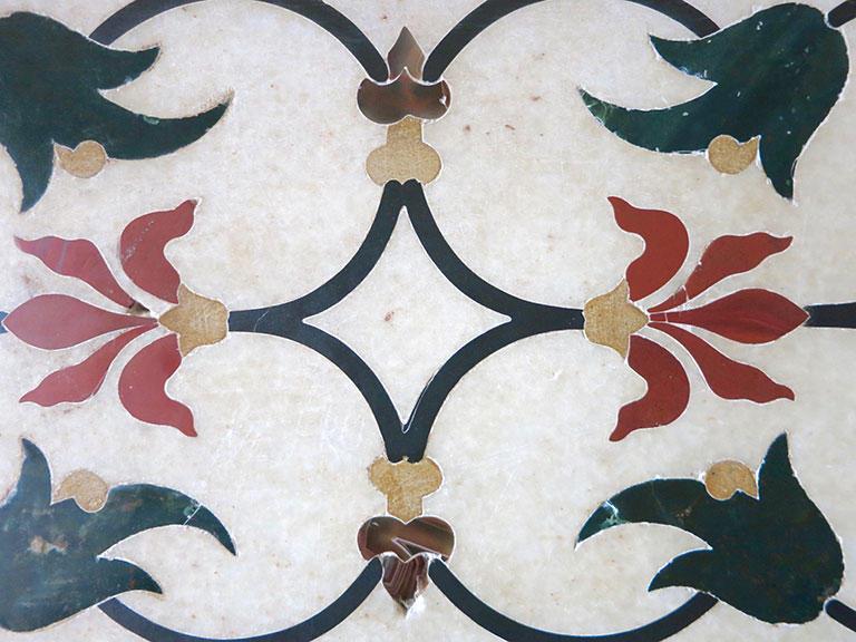 タージ・マハルの大理石に刻まれた象嵌細工