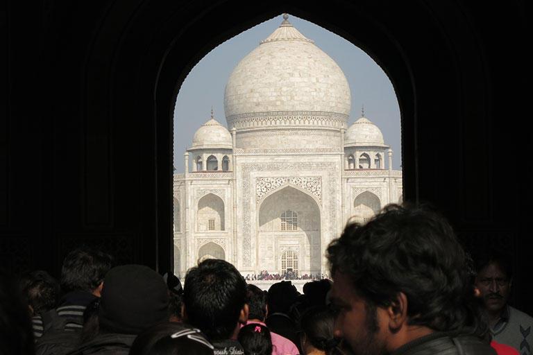 正門に入ったばかりのところでは、タージ・マハルは門の出口いっぱいに間近に見える