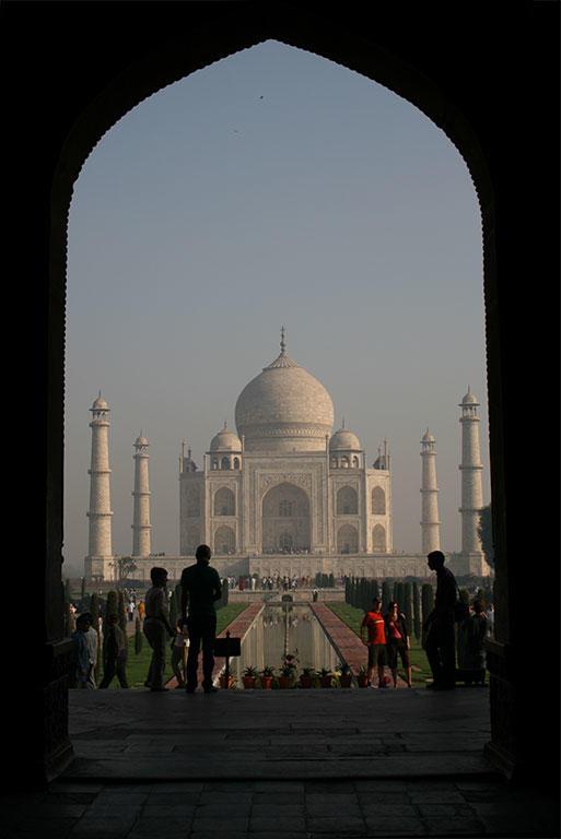 正門出口に近付くと、霊廟はどんどん遠のいていくように見える