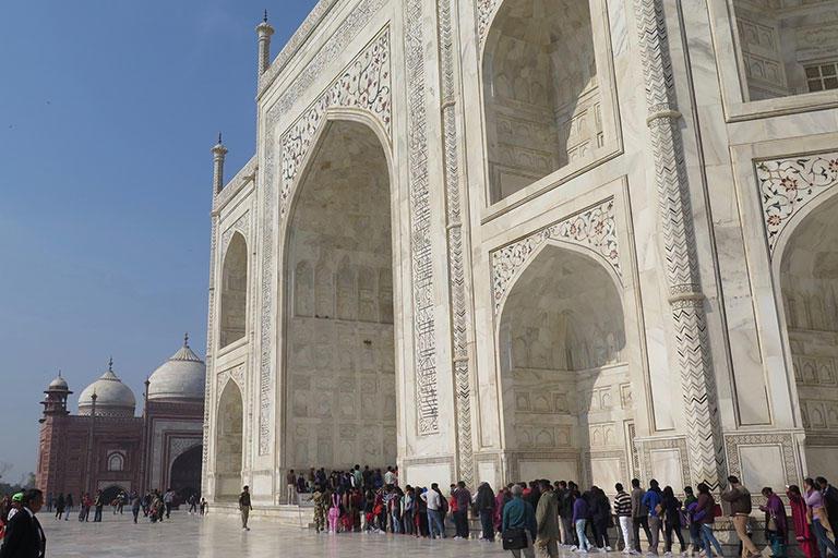人と比べてみると霊廟の大きさがわかる。ドームの上までだとビル20階分の高さがある