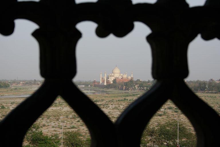アグラ城からタージ・マハルを眺める。囚われのシャー・ジャハーンもこうして外を毎日見ていたのだろうか