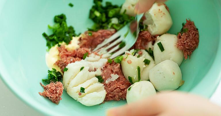 ボウルにコンビーフ、さといも、Aを入れてフォークでつぶしながら混ぜ合わせ、一口大に丸める。