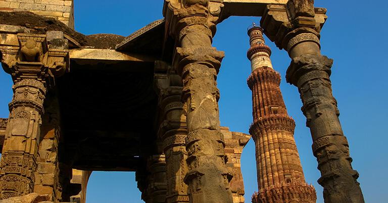 モスクは柱や壁の一部だけが残っている