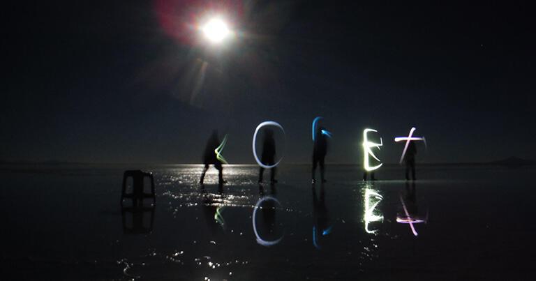 夜明けを待つ中、撮影を楽しむ旅行者たち。暗闇の中では、満月は太陽のように明るい