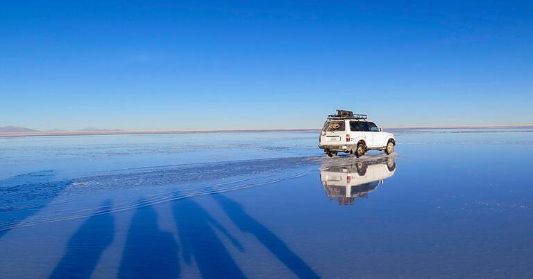 水の上を走っているように見える車