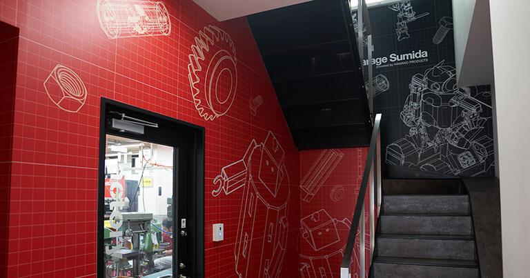 工場内の階段の壁面にもきれいな色彩のグラフィックが描かれている。