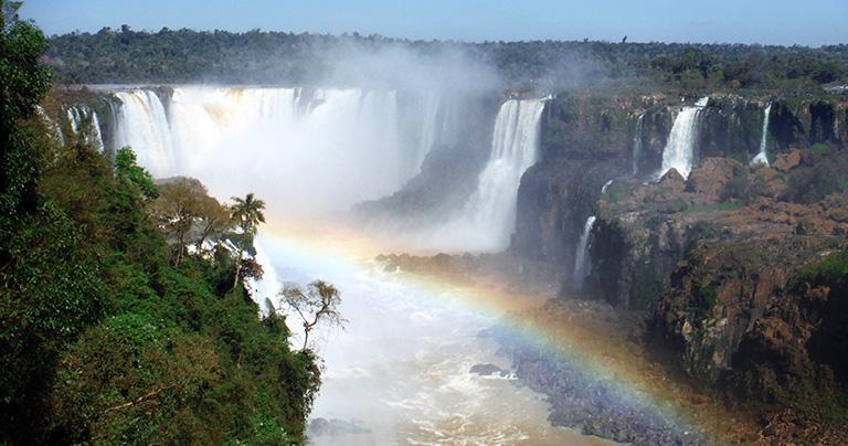 ブラジル側遊歩道から悪魔の喉笛方面を見る。水煙が虹を作り出していた