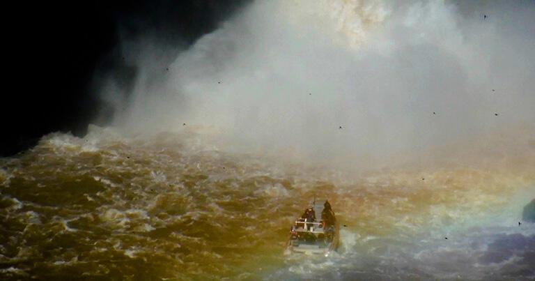 滝壺に近づくボート。この後、滝の水が落ちるところへとボートは入っていく