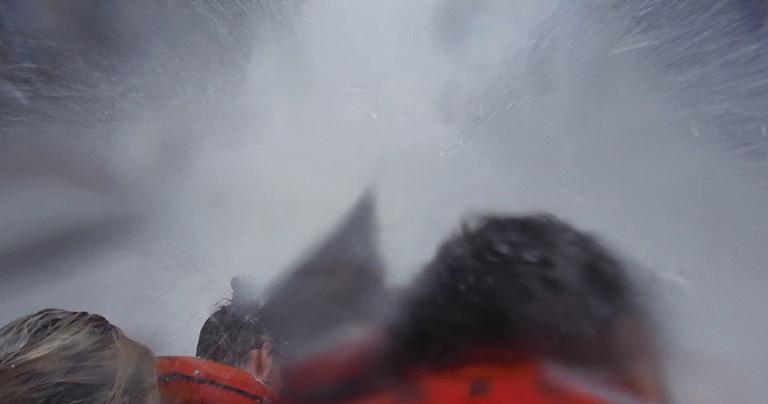 直撃する水はかなりの圧力と量なので、顔を上げるのも大変