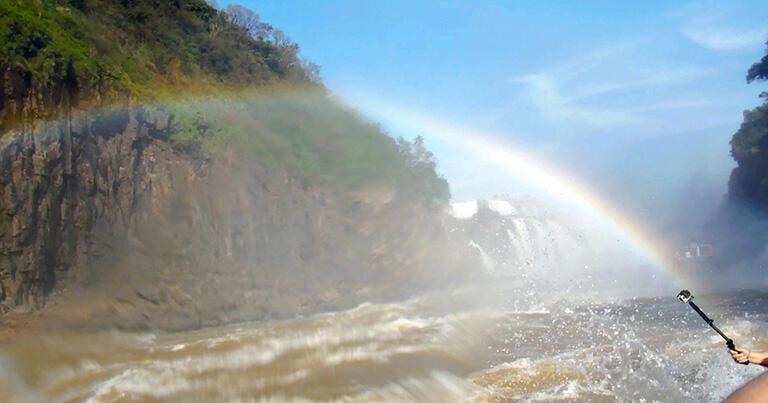 滝壺から出てくると、青空ときれいな虹が見えた