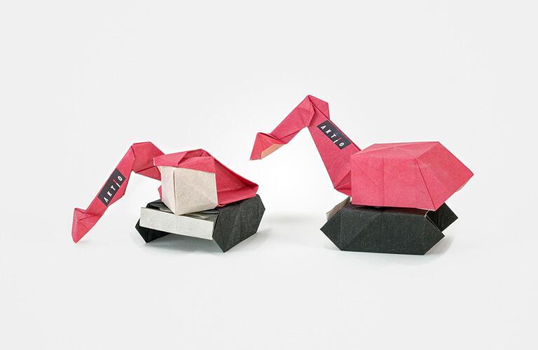 有澤悠河さん作「バックホー」(ショベルカー)。手漉き和紙をアクティオレッドに染色いただきました