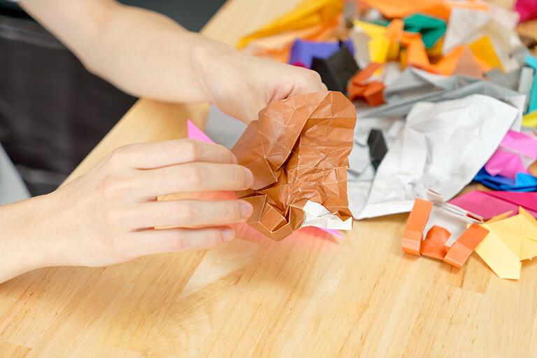 折りすぎてぐちゃぐちゃになりつつある普通の折り紙