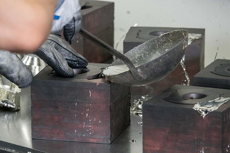 シリコーン鋳造の様子。シリコーンの採用により細かなデザインや形も鋳造できるようになった