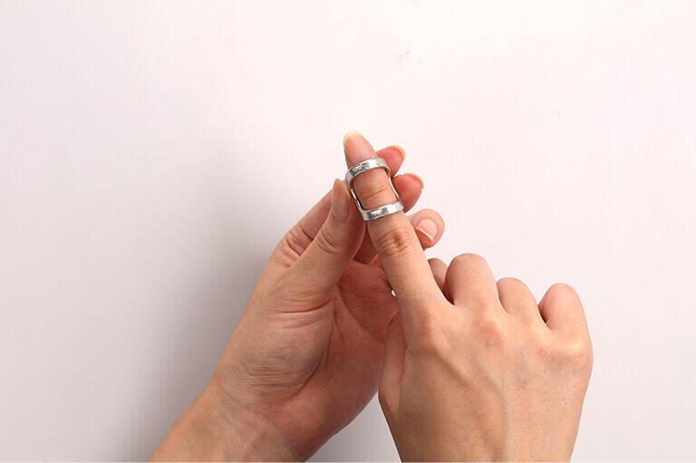 医療機器「へバーデン リング」。テーピング等の代わりとして指の第一関節を固定するリング。錫の曲がる特性を活かして、指の太さや変形に合わせて調整することが可能(photo/NOUSAKU)