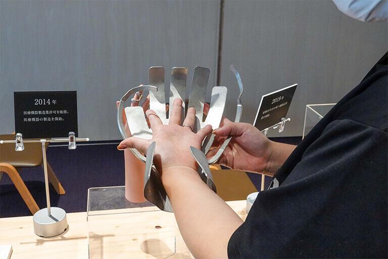 医療機器「スズ開創手形板」。手の手術に使う手術台。手術あるいは処置が必要な部位を固定できるので、手術が行いやすくなる