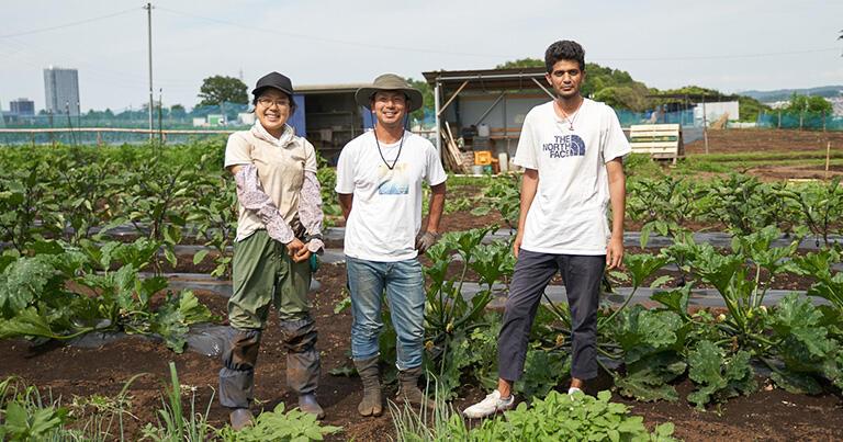 フナキさんの畑で。お手伝いに来ていたのは星智子さん(左端)サンディさん(右端)