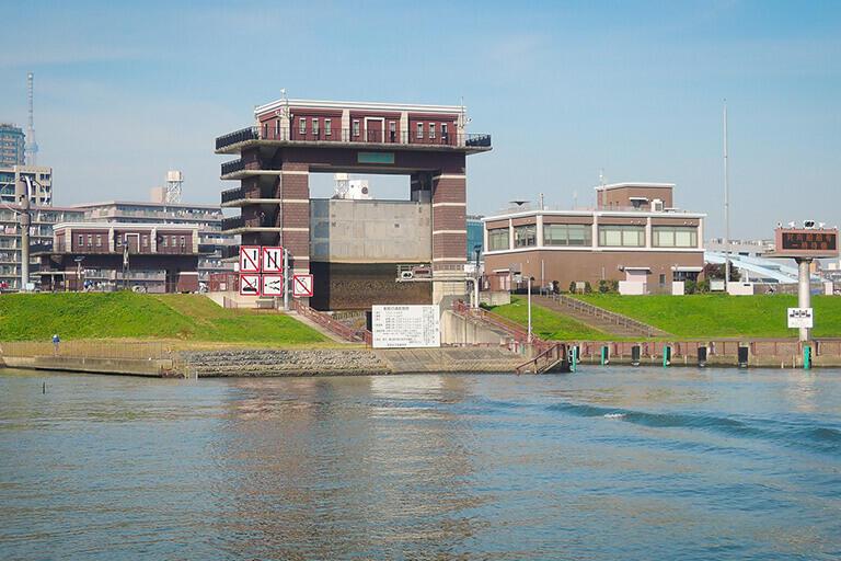 荒川側から見た荒川ロックゲート。手前の水門の奥にもう一つの水門が見える。二つの水門の間が閘室。