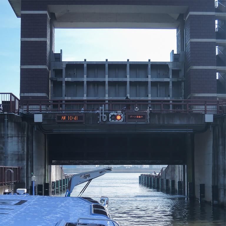 荒川側のゲートがゆっくり開いていく。水門の上から見学している人たちも。