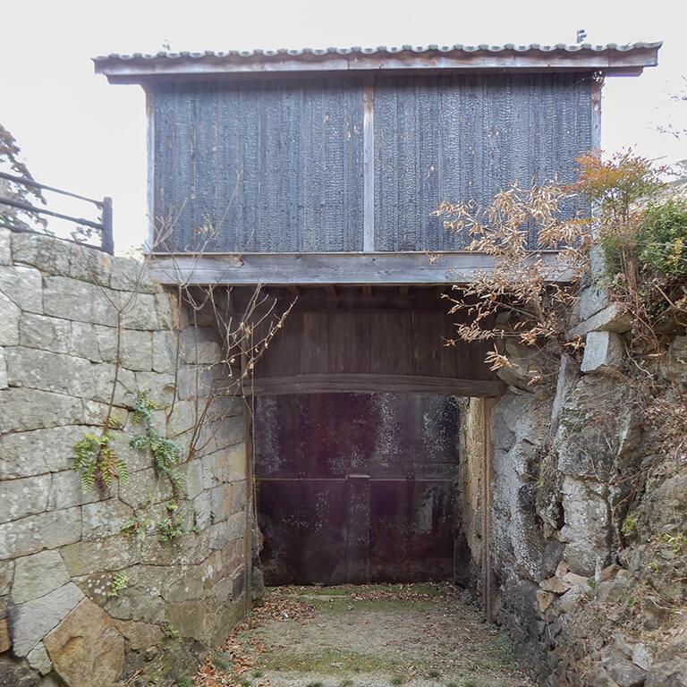 「一の水門」と吉井川の間はすでに塞がれているものの、水門は残っている。