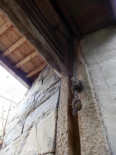 「一の水門」を下から見上げる。側面の石柱にゲートを引き上げるための溝が刻まれていた。