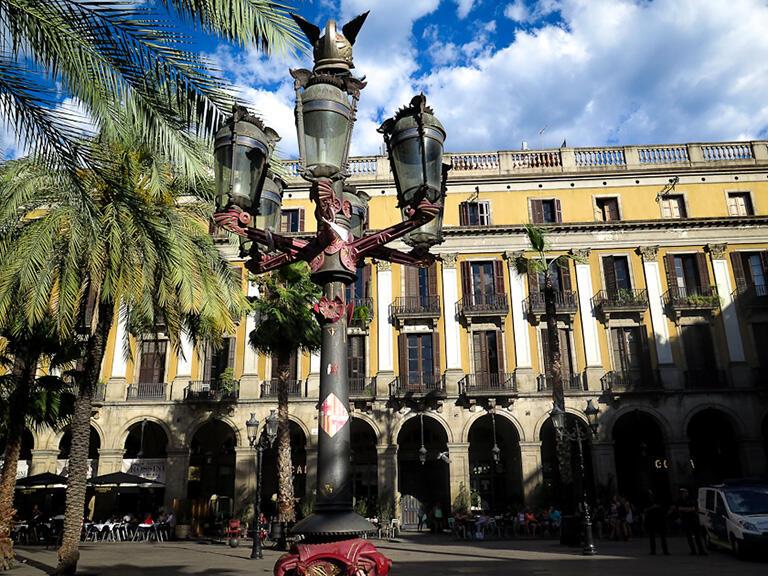ガウディ最初の作品という「レイアール広場の街灯」
