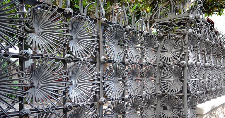 シュロの葉をモチーフにした鉄柵(カサ・ビセンス)