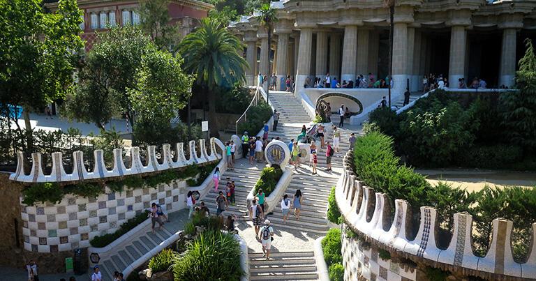 中央階段を上ると「ギリシア神殿」と呼ばれる市場スペースがある