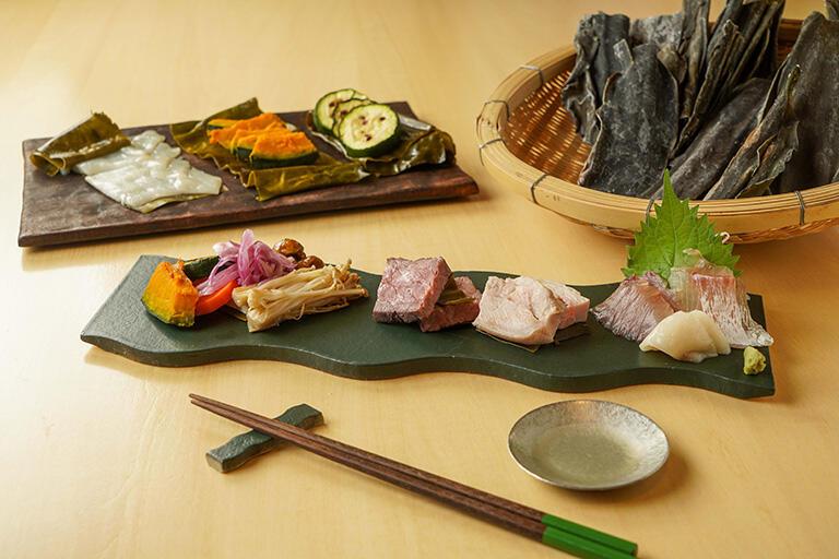 クラフタンでは白身魚だけでなく、カボチャやエノキ、鶏肉、しめじなどの昆布締めが味わえる