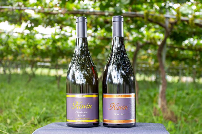 あのバッセ氏に認められた「キスヴィン シャルドネ」(左)と「キスヴィン ピノ・ノワール」。ブドウ作りから手掛けている(photo/Kisvin Winery)