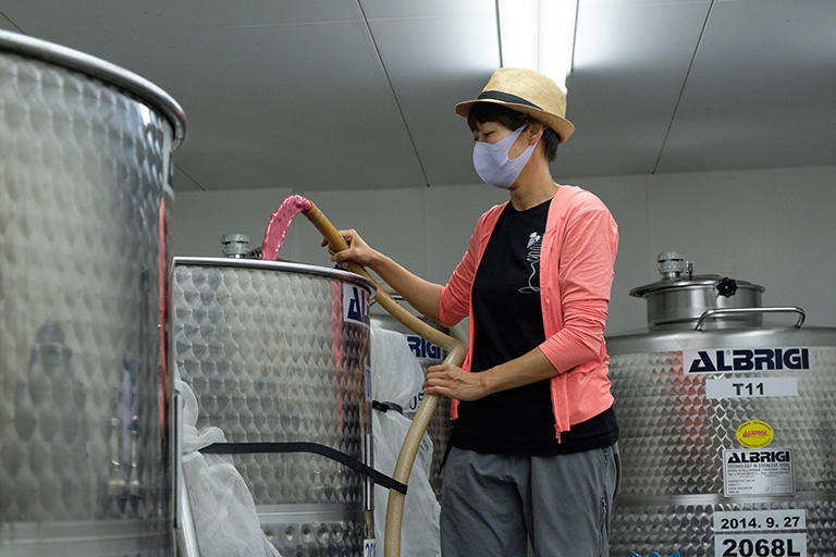 発酵中の醸造用タンク、1日に2回、ポンプを使って下部から上部に入れ替えて撹拌する