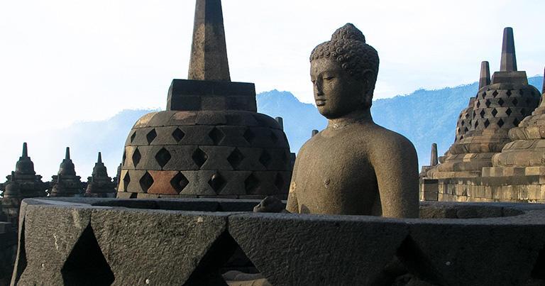 仏像の顔に朝日が当たる