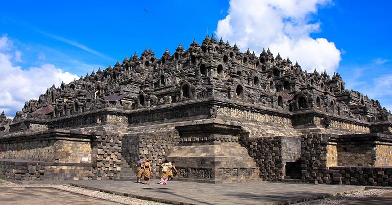 下から見上げたボロブドゥール寺院。手前の角には
