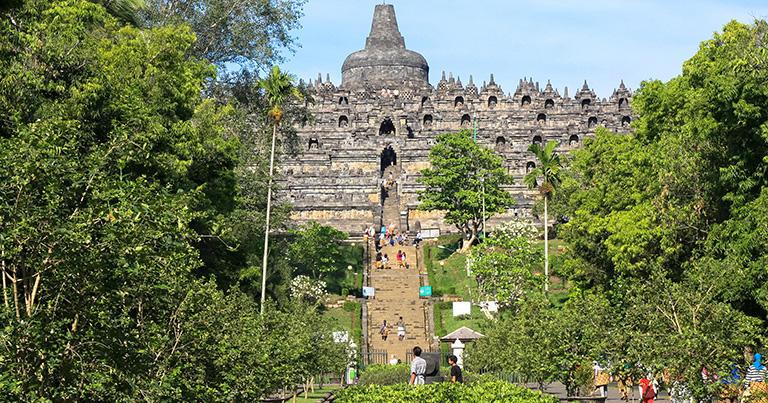 ボロブドゥール寺院の正面入り口。丘の上にあるのでより高く見える