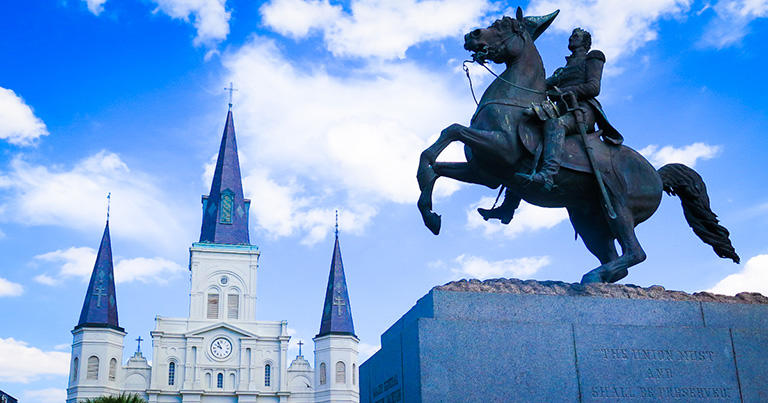 ジャクソン広場のジャクソン騎馬像とセントルイス大聖堂