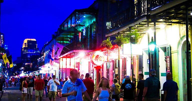夜のバーボン・ストリート。今ではライブハウスが多い観光地だが、かつてラフカディオ・ハーンもこの通りの家に住んでいた