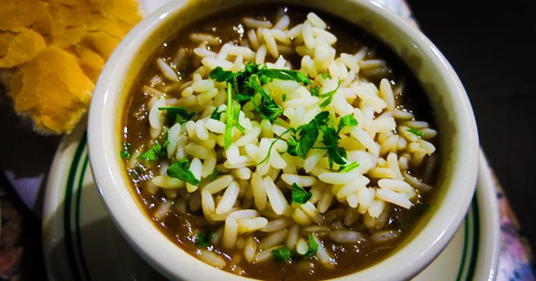 ニューオーリンズの名物料理が「ガンボ」。これはハーフサイズ。ご飯が完全に沈んでいるものもある