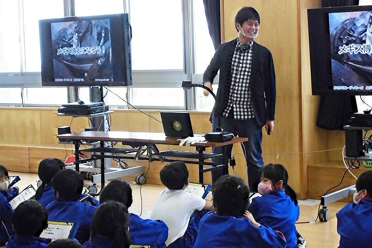 糸魚川市内の小学校に招かれて地元の魚を中心に授業。子どもたちも興味津々