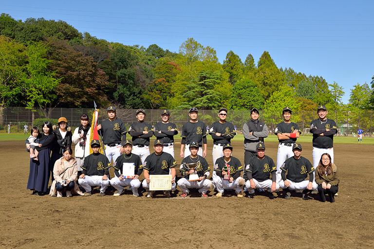 冨山さんが監督兼選手を務める草野球チーム「アペックス」は、鶴見区軟式連盟所属。2020年10月、鶴見区民大会Cクラス優勝を果たした