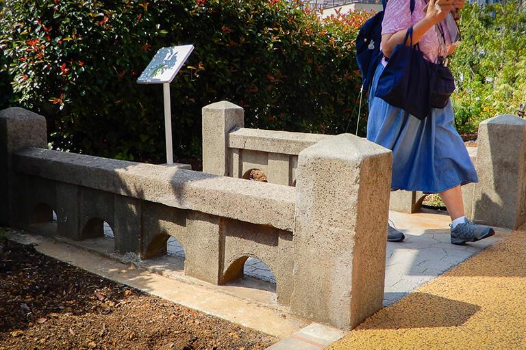 移設された古戸越橋の親柱と高欄(欄干)