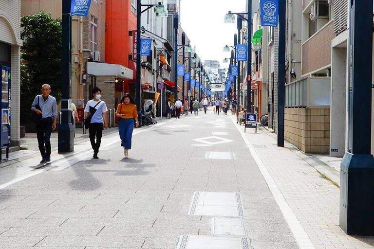 戸越銀座通りの商店街。現在もこの道の地下には川が流れている