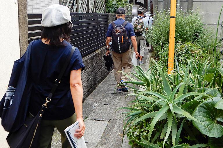 立会川支流の暗渠は、住宅の間を通る細い路地。ここもコンクリートの「蓋暗渠」だ