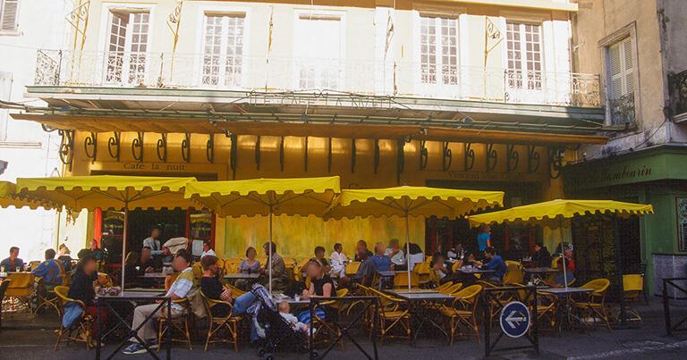 モンマルトルにも住んでいたゴッホだが、陽光を求めて南仏へと旅立ち自分の描画の手法を見出す。代表作「夜のカフェテラス」(1888)が描かれたアルルのカフェ